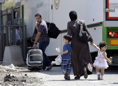 Syrian refugees pass through the Turkish Cilvegozu gate border.